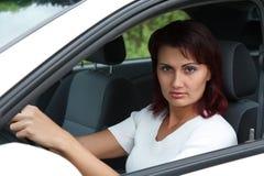 Vrouw in een auto stock afbeeldingen