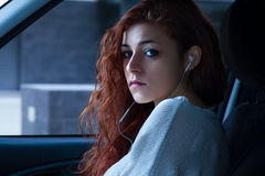 Vrouw in een auto stock afbeelding