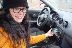 Vrouw in een auto die CD spelen stock afbeeldingen