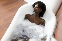 Vrouw in een badkuip stock foto's