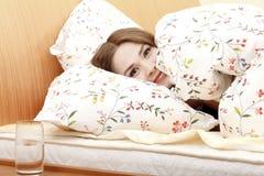 Vrouw in een bed Stock Afbeelding