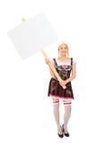 Vrouw in een Beiers kostuum die een banner houden Stock Foto's