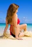 Vrouw in een bikini bij een tropisch strand stock afbeelding