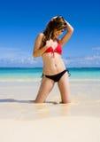 Vrouw in een bikini bij een tropisch strand royalty-vrije stock afbeelding