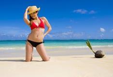 Vrouw in een bikini bij een tropisch strand stock foto