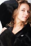 Vrouw in een bontjas Stock Foto's