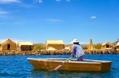 Vrouw in een boot stock foto