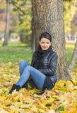 Vrouw in een Bos in de Herfst stock foto's