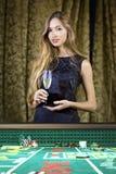 Vrouw in een casino royalty-vrije stock afbeelding
