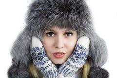 Vrouw in een de winterhoed stock foto's