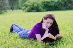 Vrouw in een de zomerpark Stock Foto's