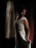 Vrouw een donkere achtergrond Stock Afbeeldingen