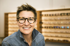 Vrouw in een eyewear opslag royalty-vrije stock afbeeldingen