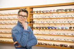 Vrouw in een eyewear opslag stock fotografie