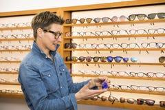 Vrouw in een eyewear opslag stock foto