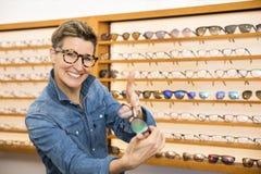 Vrouw in een eyewear opslag royalty-vrije stock fotografie