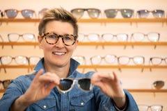 Vrouw in een eyewear opslag royalty-vrije stock foto