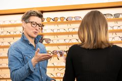 Vrouw in een eyewear opslag royalty-vrije stock foto's