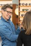 Vrouw in een eyewear opslag royalty-vrije stock afbeelding
