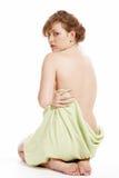 Vrouw in een handdoek wordt verpakt die royalty-vrije stock foto