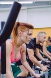Vrouw in een harde fiets opleidingssessie die wordt geconcentreerd Royalty-vrije Stock Foto's