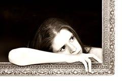 Vrouw in een het schilderen frame Stock Fotografie
