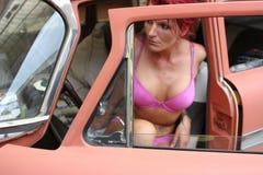 Vrouw in een klassieke auto Stock Fotografie