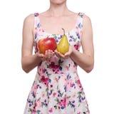 Vrouw in een kledings bloemendruk in de de appelpeer van het handenfruit royalty-vrije stock foto