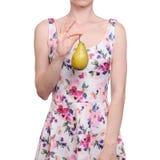 Vrouw in een kledings bloemendruk in de peer van het handenfruit stock foto
