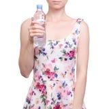 Vrouw in een kledings bloemendruk in de zomer van de het waterlente van de handenfles stock foto's