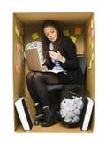 Vrouw in een klein bureau Stock Fotografie