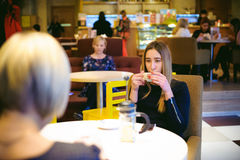 Vrouw in een koffie Royalty-vrije Stock Afbeeldingen