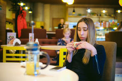 Vrouw in een koffie Stock Foto's