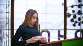 Vrouw in een koffie Stock Afbeeldingen