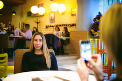Vrouw in een koffie Royalty-vrije Stock Foto