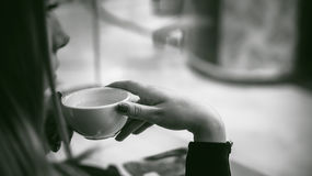 Vrouw in een koffie Stock Afbeelding