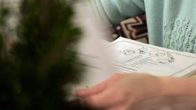 Vrouw in een koffie De vrouw bekijkt het menu in een koffie stock videobeelden
