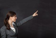 Vrouw in een kostuum die bord tonen Stock Fotografie