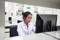 Vrouw in een laboratorium royalty-vrije stock afbeelding