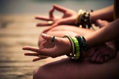 Vrouw in een lager lichaam van de meditatieve yogapositie openlucht stock afbeelding