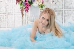 Vrouw in een lange blauwe kleding Royalty-vrije Stock Foto