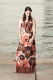 Vrouw in een modieuze kleding Stock Foto's