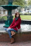 Vrouw in een Modieuze Rode Laag Royalty-vrije Stock Foto