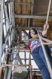 Vrouw in een multicolored blouse en jeans stock afbeelding