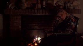 Vrouw in een open haard stock video