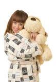 Vrouw in een pluchebadjas met stuk speelgoed hond Royalty-vrije Stock Fotografie
