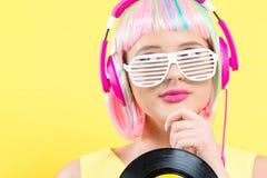 Vrouw in een pruik die een vinylverslag houden royalty-vrije stock afbeeldingen