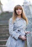 Vrouw in een regenjas Royalty-vrije Stock Fotografie