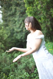 Vrouw in een regenwoud Stock Foto's
