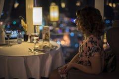 Vrouw in een restaurant royalty-vrije stock fotografie